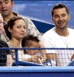 Анджелина Джоли танцует с мужчинами, а Брэд Питт сидит дома с детьми